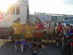 Стронгеры из Челябинска и Екатеринбурга на фоне грузовика. В красной футболке Евгений Стаметов по прозвищу Годзила