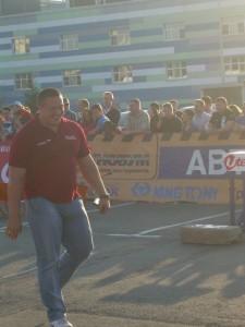 Михаил Кокляев возвращеатся на место после предоставленного ему слова. По всему видно, что настроение у спортсмена прекрасное.