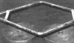 Под трэп гриф можно положить пару пятнадцати килограммовых блинов гладкой стороной кверху. Они образуют крепкое, надежное и широкое основание над полом, с которого можно делать становую тягу с трэп гифом, дающую сильную нагрузку квадрицепсам.