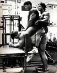 Арнольд Шварцнегер качает голень с двумя партнерами на спине. Подьемы на носки с партнером на спине