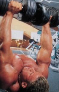 Жим гантелей лежа на горизонтальной скамье Тренировка грудных мышц