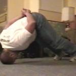 Тренировка шеи в борцовском мосту Сильная шея