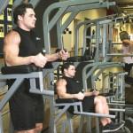 Тренировка мышц пресса Подъемы коленей к груди на брусьях в упоре