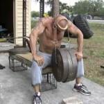 Этот чувак имеет поистине сильную шею. Упряжь для тренировки шейных мышц. Вот извращение-то!