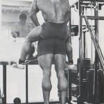 Арнольд Шварценеггер Ослиные подъемы - упражнение для икроножных мышц