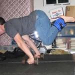 Горизонтальный упор с полусогнутыми ногами с утяжелителями Планш Воркаут