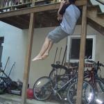 Подтягивания на одной руке на балконной балке