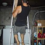 Подтягивание  на одной руке, вторая рука помогает при помощи перекинутого через турник полотенца
