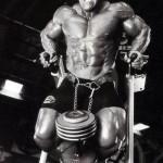 Jay Cutler Джей Катлер, отжимания на брусьях с отягощением в виде гантели, тренировка трицепсов, упражнение на трицепсы и грудь