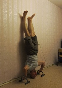 Отжимания стоя на руках,  нижняя точка, тренировка плеч