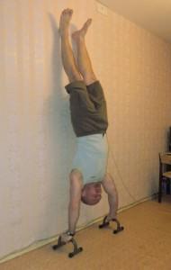 Отжимания в стойке на руках, тренировка плеч