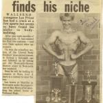Скан газетной статьи и 13 летнем бодибилдере Ли Присте. Надпись под фото: 13 летний Ли Прист позирует после чемпионатов Штага и Области со своими трофеями