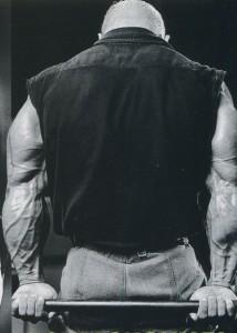 Ли Прист, сгибания кистей со штангой за спиной, тренировка предплечий, Lee Priest behind back barbell curls