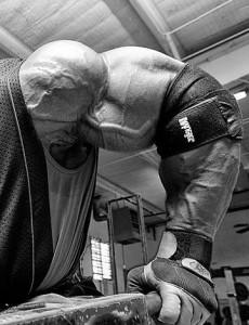 Ронни Колеман, отжимания на брусьях, тренировка грудных мышц и трицепсов