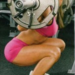 Приседания с широко разведенными бедрами при гибких мышцах ног дает возможность сохранять спину прямой и не садиться низко