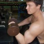 Андрей Воскобойников, подъем гантели на бицепс в скамье Скотта