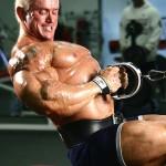 Ли Прист, тяга к поясу нижнего блока узким хватом, тренировка широчайших мышц спины