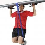 Подтягивания с резиновыми жгутами, упираемся в жгут коленом. Тренировка для тех, кто не может подтянуться ни разу