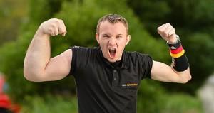 Армрестлер Маттиас Шлитте,  одна рука 46 см, вторая тощая