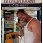 Конан Стивенс в телефонной будке